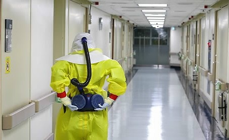 The foreign and health ministries said in a joint statement that the unidentified worker may have become infected as he was exposed to the contagious virus while collecting blood from an Ebola patient. (Yonhap)