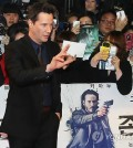 """Keanu Reeves, who visited South Korea Wednesday to promote film """"John Wick,"""" takes photos with fans at Seoul's COEX Mall Thursday. (Yonhap)"""