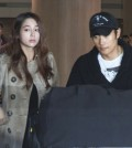 Actor Lee Byung-hun, right, arrives at Incheon International Airport with his wife, actress Lee Min-jung, Thursday. (Yonhap)