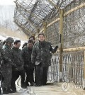 Saenuri Party Chairman Kim Moo-sung and other party officials visit the inter-Korean border fence in Inje, Gangwon Province, on Dec. 21, 2014. (Yonhap)