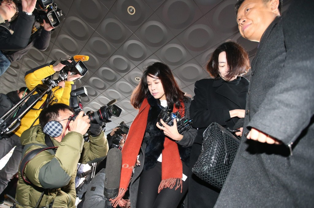 Cho Hyun-ah, the eldest daughter of Korean Air Chairman Cho Yang-ho and former vice president of the airline company, appears at the Seoul Western District Court in Seoul on Dec. 30, 2014, to be questioned on charges of violating aviation safety laws. The court is to decide whether to approve a warrant to arrest Cho, who caused a controversy by ordering a crew member to leave a Korean Air plane over an alleged breach of snack-serving protocol in New York in early December. (Yonhap)