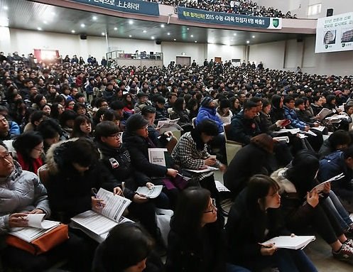 Thousands of parents and students gather at a high school auditorium in southern Seoul on Dec. 6, 2014, to hear an information session on strategies for university admission, held by a major private tutoring enterprise. (Yonhap)