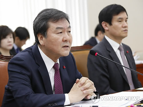 Financial Services Commission (FSC) Chairman Shin Je-yoon speaks at a parliamentary hearing in Seoul on Jan. 12, 2015. Shin said he may approve a merger of Hana Financial Group Inc., South Korea's third-largest banking group by assets, and the Korea Exchange Bank (KEB), which Hana bought in 2012 from U.S. buyout firm Lone Star Funds for 3.9 trillion won (US$3.57 billion), without an agreement with the labor union, a change from his earlier stance. The merger attempt had been deadlocked for months due to opposition from KEB's union, which says the move violates a prior promise to keep KEB independent for five years. (Yonhap)