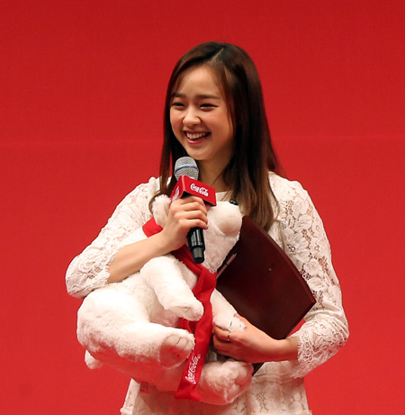 Rhythmic gymnast Son Yeon-jae speaks after winning the prize at the annual Coca-Cola Sports Award at a hotel in downtown Seoul, Tuesday. (Yonhap)