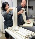 Shops in Los Angeles' Koreatown prepare rice cakes for Seollar, Korean Lunar New Year that falls on Feb. 19 this year. (Park Sang-hyuk/Korea Times)