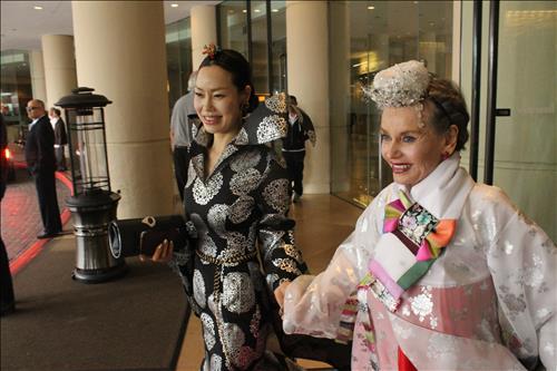 Mok Plus CEO Mok Eun-jung and Sharon Farrell  at the 87th Academy Awards Sunday. (Yonhap)