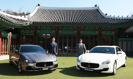 Maserati Japan CEO Fabrizio Cazzoli, right, who will also represent Maserati in Korea, stands behind a Quattroporte Diesel, while Lee Gun-hun, CEO of Forza Motors Korea (FMK), which imports the Italian company's cars, stands behind a Ghibli S, during a press conference at the Shilla Hotel, in Seoul, Thursday. (Courtesy of FMK)