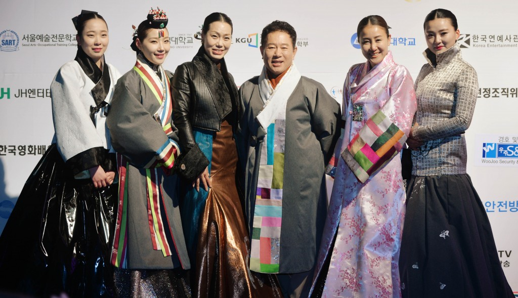 Mok Plus CEO Mok Eun-jung, third from left, will attend the ceremony in a hanbok alongside a Hollywood actress. (NEWSis)