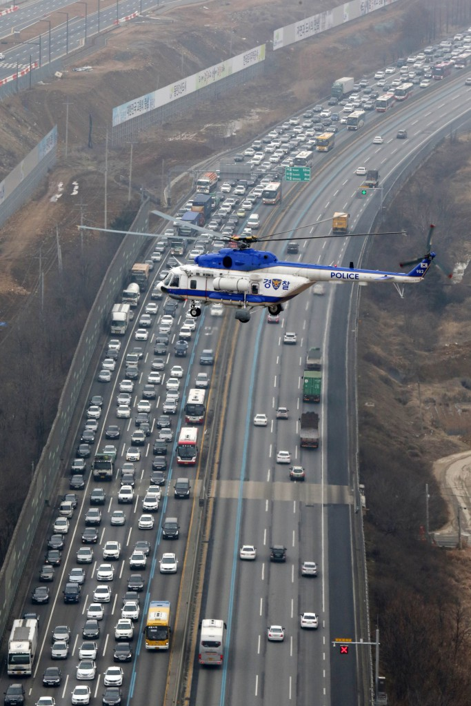 Heavy traffic congestion occurs on southbound lanes of the Seoul-Busan Expressway in Hwaseong, south of Seoul, ahead of the Lunar New Year holidays on Feb. 17, 2015. (Yonhap)