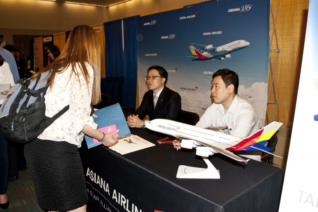 "Park Hee-su, 19, speaks with representatives of Asiana Airlines. ""It's always been a dream of mine to work for an airline,"" she said. ""I love to travel so I think I could be a good fit."" (Brian Han/Korea Times)"