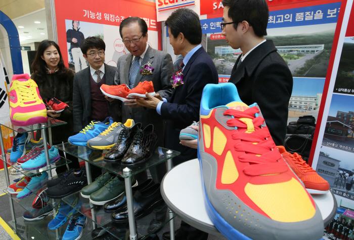 North Korean-made shoes on display (Yonhap)