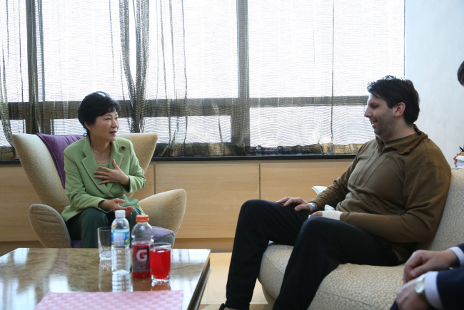President Park Geun-hye makes a surprise visit to U.S. Ambassador to South Korea Mark Lippert at Severance Hospital in western Seoul on March 9, 2015. (Yonhap)