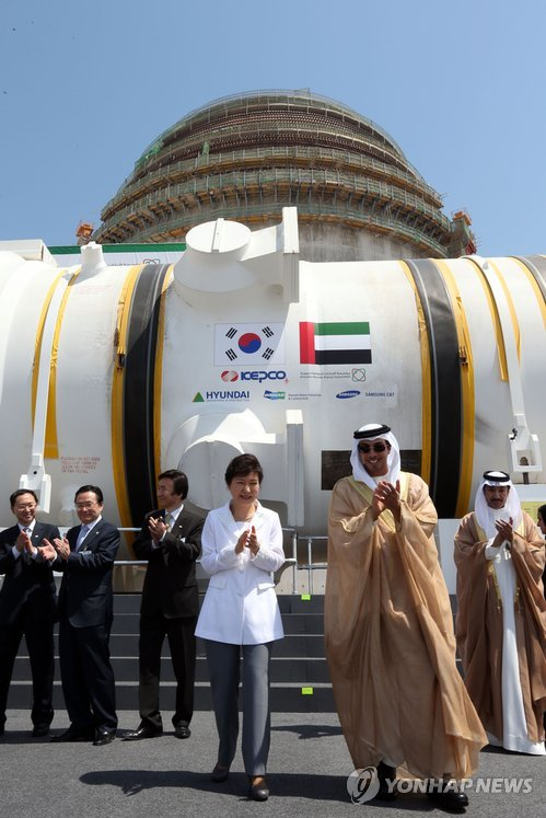 South Korean President Park Geun-hye (3rd from R) attends a ceremony in Barakah, some 300 km west of Abu Dhabi, on May 20, 2014, to install a Korean-built nuclear reactor. It is the first out of four reactors South Korea plans to provide the UAE under a 2009 deal that marked South Korea's first exports of nuclear reactors. (Yonhap)