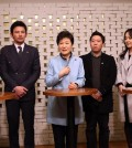 "President Park Geun-hye talks to stars and producers of box-office hit movie ""Ode to My Father"" and other officials before watching the movie at a theater in Seoul on Jan. 28, 2015. (Yonhap)"