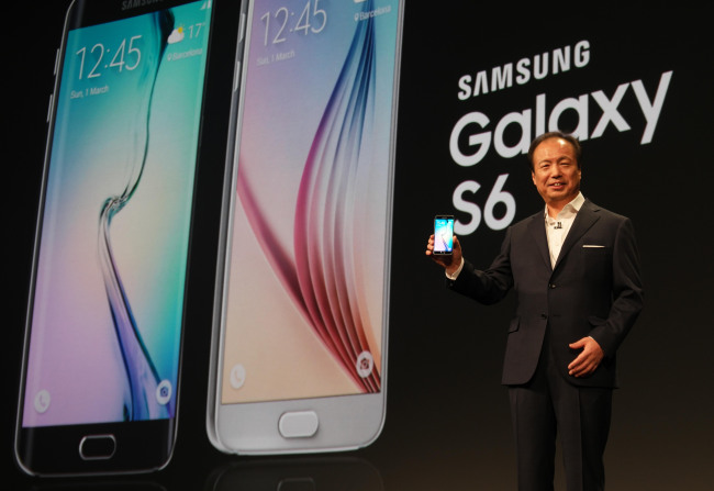 Shin Jong-kyun, who heads Samsung Electronics Co.'s mobile business, introduces the Galaxy S6 on March 1, 2015 (Spain time). (Photo courtesy of Samsung Electronics)