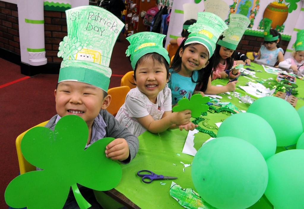 Children at Lily Preschool & Kindergarten in Koreatown, Los Angeles, celebrated St. Patrick's Day Friday. (Park Sang-hyuk/Korea Times)