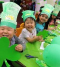 Children at Lily Preschool & Kindergarten in Koreatown, Los Angeles, celebrated St. Patrick's Day Friday. (Park Sang-hyuk/Korea Times)