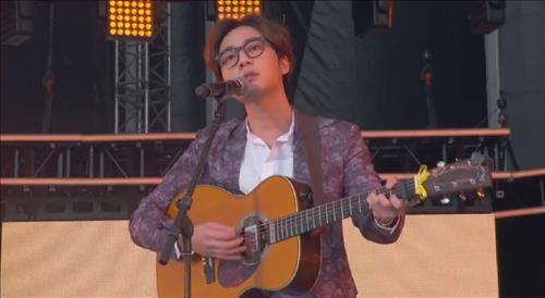 South Korean singer Roy Kim performs at Global Citizen 2015 Earth Day Saturday. (Yonhap)