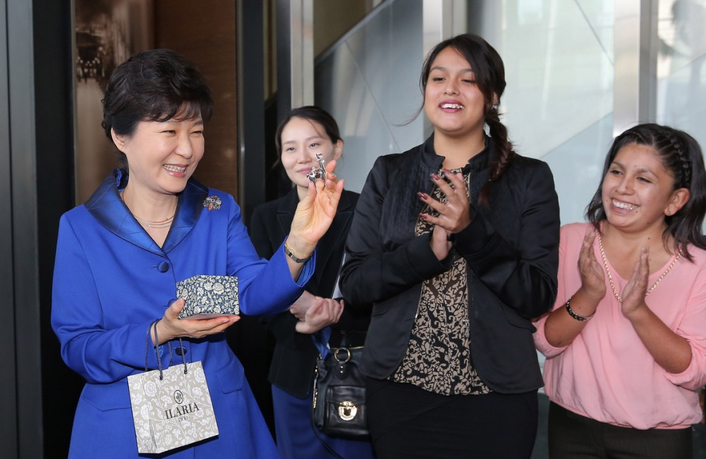 President Park Geun-hye, left, receives a present from a group of Peruvian K-pop fans at a Lima hotel, Sunday. Park arrived in Lima the previous day for talks with her Peruvian counterpart Ollanta Humala on how to further strengthen economic and other relations. (Yonhap)