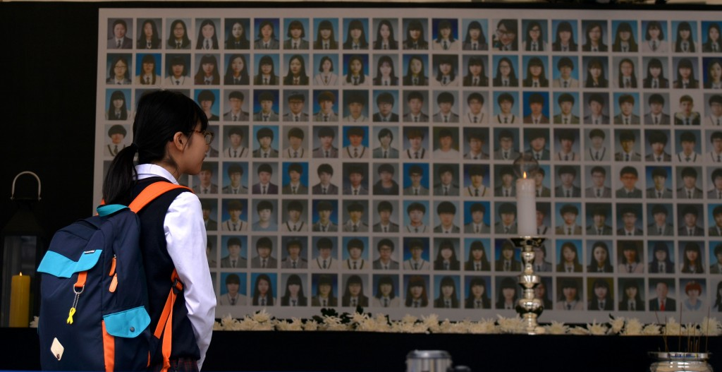 A student observes a one-year anniversary memorial for Danwon High School students killed in the Sewol tragedy. (Newsis)