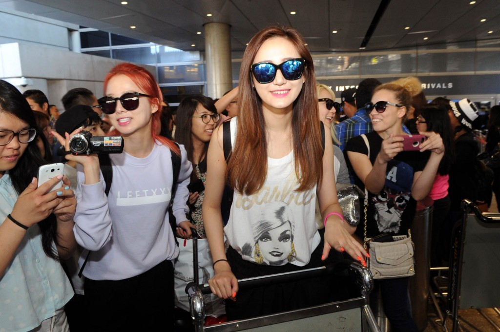 Solji and LE of EXID arrive at Los Angeles International Airport Thursday for the 13th Korea Times Music Festival. (Park Sang-hyuk/Korea Times)