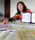 Leslie Song, daughter of late Korean American politician Alfred H. Song, explains the collection of letters she donated to Korea's National Hangeul Museum. (Park Sang-hyuk/Korea Times)