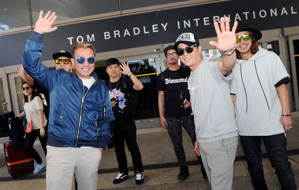 Korean band Cool (Kim Sung-soo, left, Lee Jae-hoon, right) arrives Wednesday at LAX for the 13th Korea Times Music Festival, to be held May 2. (Park Sang-hyuk/Korea Times)