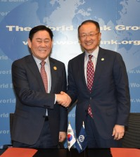 Finance Minister Choi Kyung-whan (L) and World Bank chief Jim Yong Kim poses for photo after signing an MOU outlining South Korea's support for infrastructure building in the developing world in Washington on April 15, 2015. (NEWSis)