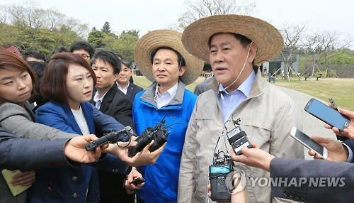 Finance Minister Choi Kyung-hwan (R) speaks to reporters during his visit to Jeju, South Korea's southern resort island, on April 24, 2015. (Yonhap)