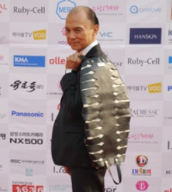 Fashion designer Jimmy Choo holds a bag designed by his chief designer Illiza Ho at the photo zone of 2015 Asia Model Festival, Seoul, Thursday. (Korea Times photo by Kim Jae-heun)