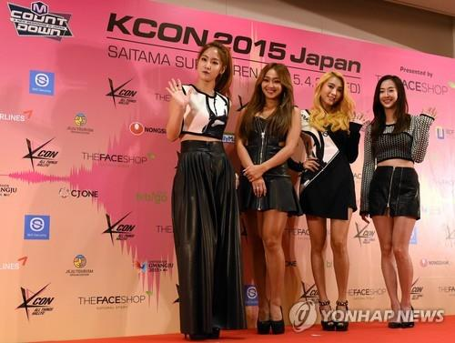 South Korean girl group SISTAR members pose during a press conference prior to attending a K-pop concert at KCON 2015 Japan in the Saitama Super Arena in Saitama on April 22, 2015. (AFP-Yonhap)