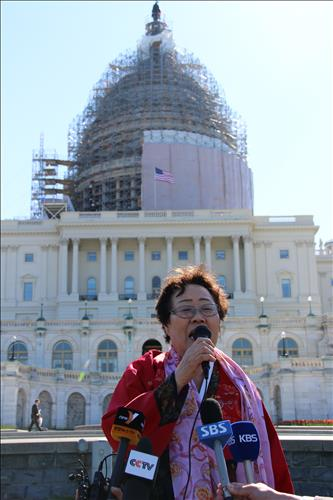 Former comfort woman Lee Yong-soo, 87, spoke to a group of protestors outside Capitol Hill Tuesday. (Yonhap)