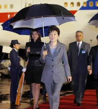 South Korean President Park Geun-hye (front) arrives at El Dorado airport in Bogota, Colombia, on April 16, 2015, on her first leg of her South America tour that will also take her to Peru, Chile and Brazil. (Yonhap)