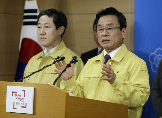 South Korean Public Safety and Security Minister Park In-yong, right, speaks during a press conference as Oceans and Fisheries Minister Minister Yoo Ki-june listens at the government complex in Seoul, South Korea, Wednesday, April 22, 2015. South Korea on Wednesday formally approved plans to salvage the ferry Sewol that sank last year, meeting demands made by bereaved families wanting details about the cause of the sinking and the recovery of bodies of nine people still missing. The disaster killed more than 300 people, mostly high school students on a trip to a resort island. (AP Photo/Ahn Young-joon)