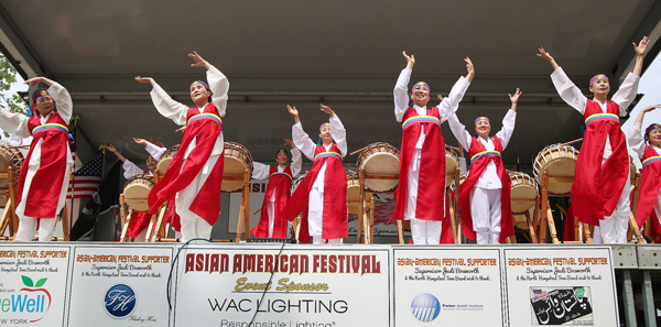 A New York Korean traditional dance group performs at Long Island's Asian American Festival Saturday. (Korea Times)