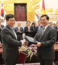 South Korean Trade, Industry and Energy Minister Yoon Sang-jik (L) and his Vietnamese counterpart, Vu Huy Hoang, shake hands after signing a bilateral free trade agreement in Hanoi on May 5, 2015. The two countries seek to implement the deal by the year`s end. (Yonhap)