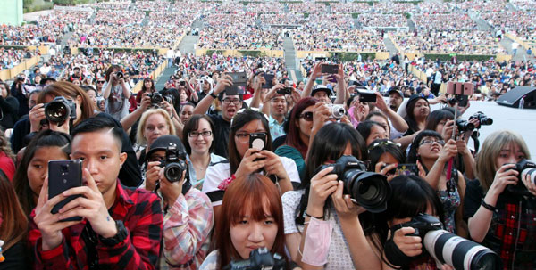 Thousands came out to enjoy the 13th Korea Times Music Festival Saturday at the Hollywood Bowl. (Korea Times)