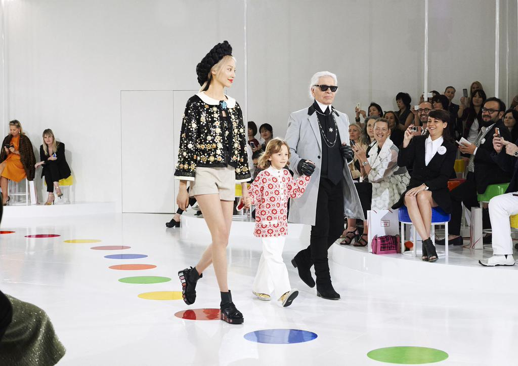 Fashion designer Karl Lagerfeld, right, walks the runway with model Soo Joo and a child after the presentation of his 2015/16 Chanel Cruise collection at the Dongdaemun Design Plaza in Seoul, Monday. (Courtesy of Chanel/Twitter)