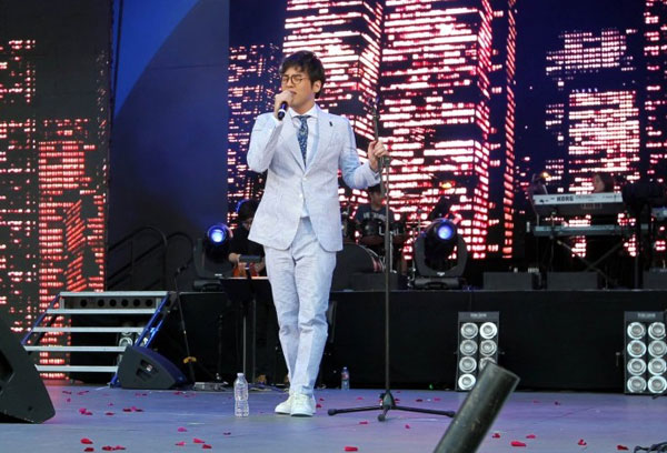 South Korean singer Han Hee-jun emceed and sang at the 2015 Korea Times Music Festival at the Hollywood Bowl on May 2, 2015. (Korea Times)