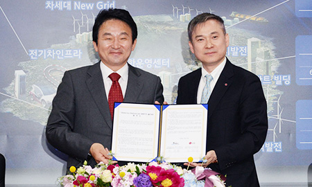 LG President Ha Hyeon-hoi, right, poses with Jeju Special Self-Governing Province Governor Won Hee-ryong after LG agreed with the nation's southern resort island to jointly develop future energy projects. The signing was held in a main office in Jeju, Tuesday. (Courtesy of LG)