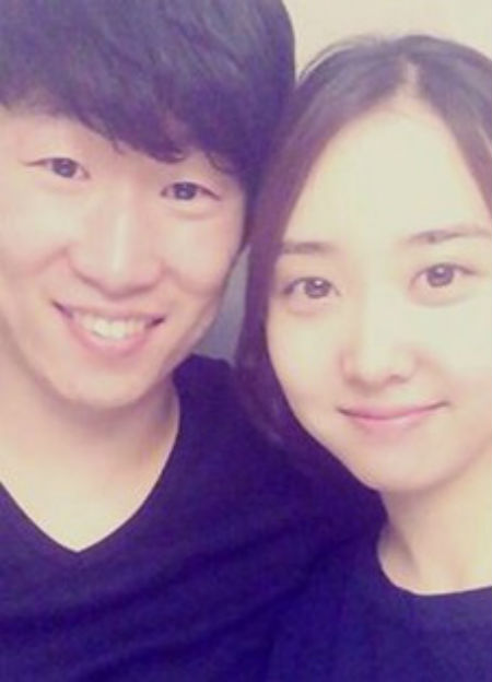 Football star Park Ji-sung, left, and Kim Min-ji are expecting their first child in November. (Facebook photo)