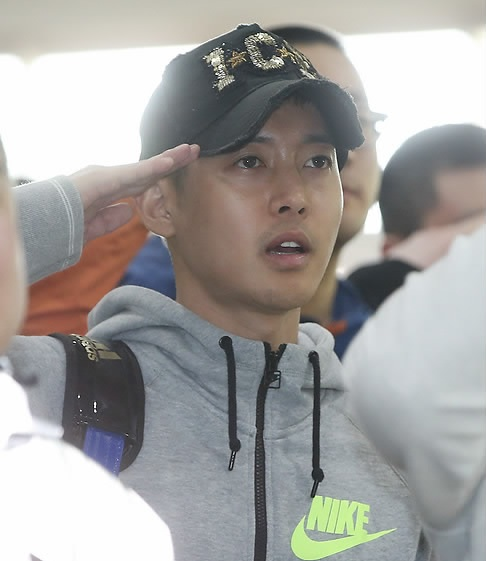 South Korean singer and actor Kim Hyun-joong salutes during a ceremony at a boot camp for the Army's 30th Division in Goyang, northwest of Seoul, on May 12, 2015, to mark the new conscripts' entry into the camp. All able-bodied South Korean men are required to serve almost two years in the military. (Yonhap)