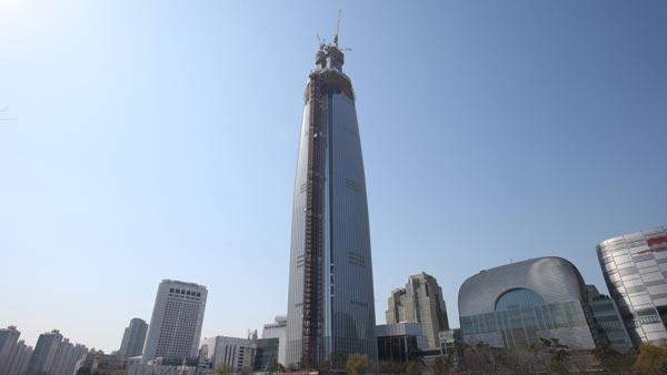 Lotte Group, South Korea's fifth-largest conglomerate, is mired in a family feud between the corporate founder's two sons who want to take over the leadership from their 93-year-old father, Shin Kyuk-ho. The retail and food giant has been building the Lotte World Tower in the southern Seoul to realize the founder's lifelong ambition, which is set to be the country's tallest structure upon completion. (Yonhap)
