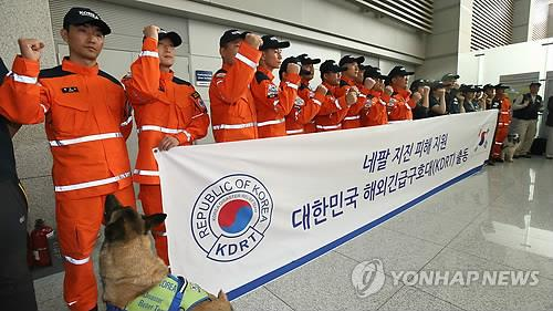 Members of South Korea's Disaster Response Team raise their fists in a show of solidarity at Incheon airport, west of Seoul, on May 1, 2015, before heading to Nepal to conduct relief and search and rescue operations in the earthquake-stricken country. (Yonhap)