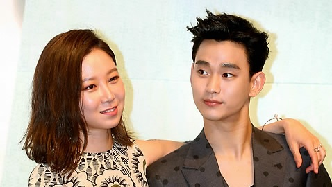 "Gong Hyo-jin, left, and Kim Soo-hyun attend a press conference for KBS drama ""The Producers"" in Seoul on May 11. (Yonhap)"