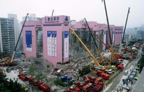 Rescue workers, using cranes, continue a rescue operation Friday, June 30, 1995 following the collapse of Seoul's Sampoong Department Store. The death toll stood at 113 in the disaster which officials blamed on shoddy construction. (AP Photo/Yun Jai-hyoung)