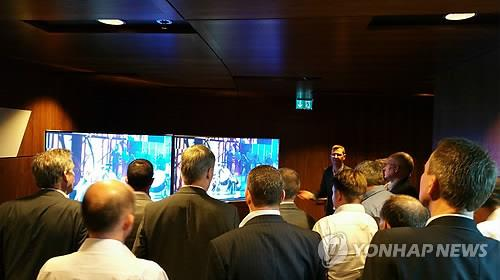 Jan Outters, an official from Samsung's British office explains a demonstration of HDR UHD TV transmission to attendees at the SES Industry Day in Luxembourg on May 6, 2015. (Yonhap)