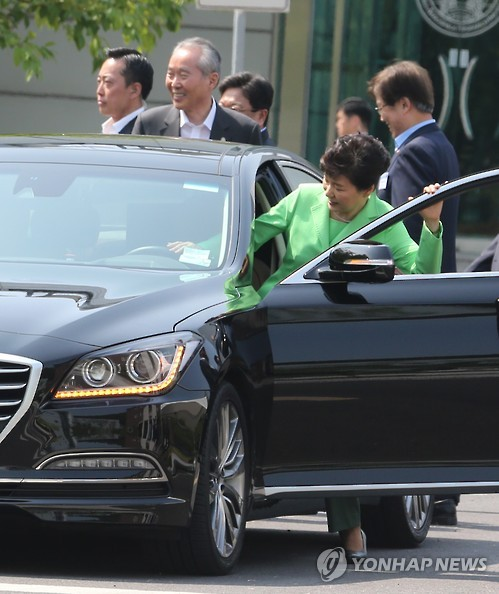 President Park Geun-hye gets in a self-driving car, developed by Hyundai Motor Co., for a test ride at the Korea Aerospace Research Institute in the city of Daejeon, central South Korea, on May 29, 2015. (Yonhap)