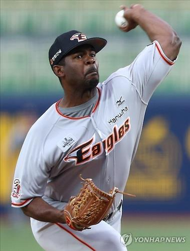 Shane Youman of the Hanwha Eagles in the Korea Baseball Organization is seen in a gray undershirt in this photo taken on June 11, 2015, during a game against the Samsung Lions in Daegu. Youman was fined 200,000 won (US$180) for not donning a black undershirt as stipulated in the dress code. (Yonhap)