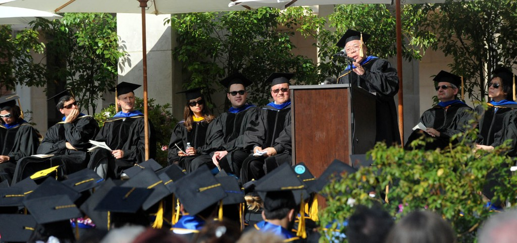 Dr. Hong Myung-ki gives the commencement address to UCLA chemistry and biochemistry graduates Saturday. (Park Sang-hyuk/Korea Times)